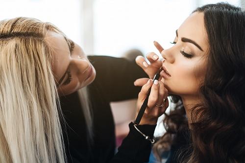 Prendre des cours de maquillage professionnel.